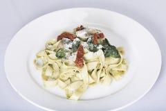Italiensk pastamaträtt med tomaten Fotografering för Bildbyråer