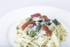 Italiensk pastamaträtt med tomaten Royaltyfri Fotografi
