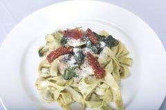Italiensk pastamaträtt med tomaten Royaltyfria Bilder