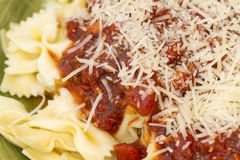 Italiensk pastamatställe som tjänas som med vin och bröd Arkivbild