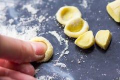 Italiensk pastaorecchiette för matlagning, gul deg, hem Fotografering för Bildbyråer