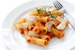 italiensk pastarigatoni för bolognese maträtt Fotografering för Bildbyråer