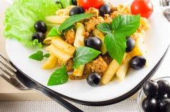 Italiensk pastarigatoni med bolognese, nötkött och oliv Royaltyfri Fotografi