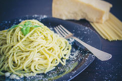 Italiensk pastaspagetti med hemlagad pestosås och basilika spricker ut Royaltyfri Bild