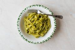 Italiensk pastaspenatFettuccine tjänade som med klart att äta för platta/tagliatelle royaltyfria bilder