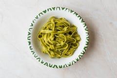 Italiensk pastaspenatFettuccine tjänade som med klart att äta för platta/tagliatelle arkivbilder