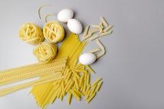 Italiensk pastatagliatelle bygga bo isolerat p? vitbakgrund arkivbilder