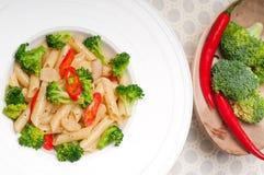 Italiensk pennepasta med broccoli och chilien pepprar arkivfoto