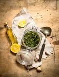 Italiensk pesto med citronen, sörjer muttrar och andra ingredienser Royaltyfri Foto