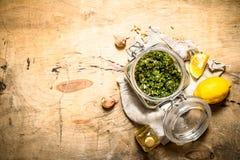 Italiensk pesto med citronen, sörjer muttrar och andra ingredienser Royaltyfri Bild