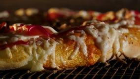 Italiensk pizza lagas mat i enavfyrad ugn close upp Ram Matlagningpizza i en elektrisk ugn i en restaurang, slut stock video