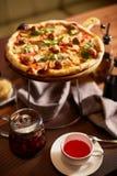 Italiensk pizza med köttbullar royaltyfri bild