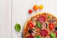 Italiensk pizza med peperonin Arkivbild