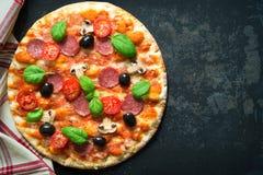 Italiensk pizza med salami och svampar arkivbilder