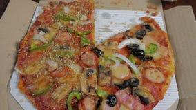 Italiensk pizza med skinka, peppar och oliv stock video