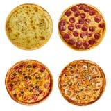 Italiensk pizza med skinka, tomater och örter på en trätabell arkivfoton