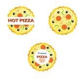 Italiensk pizza med tomaten, korv och oliven Royaltyfri Foto