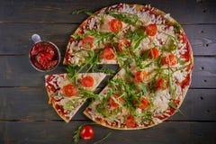 Italiensk pizza med tomater, ost och örter på tappningträbakgrund Top beskådar Royaltyfria Foton