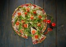 Italiensk pizza med tomater, ost och örter på tappningträbakgrund Top beskådar Arkivfoton