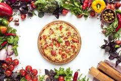 Italiensk pizza och nya grönsaker Arkivfoton