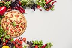 Italiensk pizza och nya grönsaker Royaltyfria Bilder