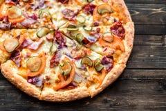 Italiensk pizza på trätabellen Arkivbild