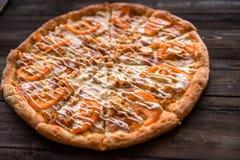 Italiensk pizza på trätabellen Arkivbilder