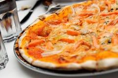 italiensk pizzalaxtoppning Arkivbilder