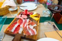 Italiensk platta för kallt kött för stil med ost på träbräde royaltyfri foto