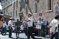 Italiensk polis som gestikulerar, piazza Venezia, Rome, Italien arkivbild