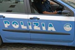 Italiensk polisbil med skriftliga Polizia royaltyfri fotografi