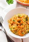 Italiensk räka- och tomatsåspasta arkivbild