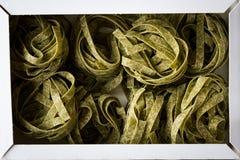 Italiensk rå pastaspenatFettuccine i ask/tagliatelle arkivfoton