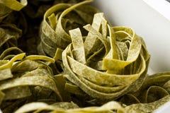 Italiensk rå pastaspenatFettuccine i ask/tagliatelle royaltyfria bilder