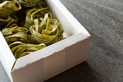 Italiensk rå pastaspenatFettuccine i ask/tagliatelle royaltyfri bild