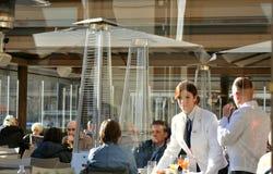 Italiensk restaurang med turister, Florence, Italien royaltyfria bilder