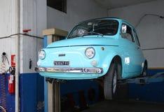 Italiensk retro bil Fiat 500 Arkivbild
