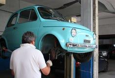 Italiensk retro bil Fiat 500 Arkivfoto