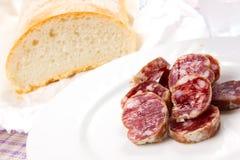 Italiensk salami med bröd Arkivfoto