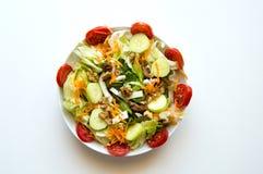 Italiensk sallad i den vita maträtten Fotografering för Bildbyråer