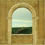 Italiensk sikt till och med det ärke- fönstret i Sorano, Tuscany, Italien Royaltyfria Foton