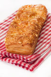 Italiensk smörgås med ost på röd kökbordduk Royaltyfria Foton