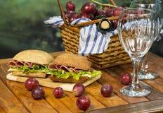 Italiensk smörgås med picknickkorgen Royaltyfria Bilder