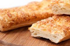 Italiensk smörgås som skivas på träbrädet Royaltyfri Foto