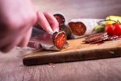 italiensk smaklig salamikorv för cutting Royaltyfria Foton