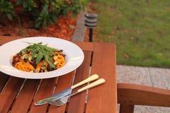 Italiensk spagetti med grönsaker royaltyfri bild