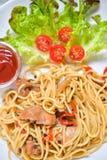 Italiensk spagetti med höna på den vita plattan Royaltyfri Bild