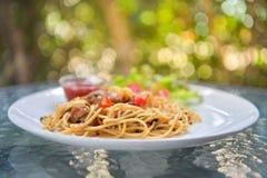 Italiensk spagetti med höna på den vita plattan Royaltyfria Foton