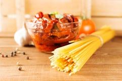 Italiensk spagetti med ingredienser för att laga mat pasta på en trätabell Royaltyfri Foto