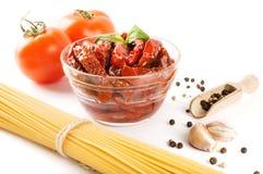 Italiensk spagetti med ingredienser för att laga mat pasta på en vit bakgrund Royaltyfri Bild